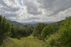 Vista lontana della montagna del vulcano vicino a Rosia Montana Immagine Stock