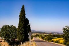 Vista lontana sulla montagna dalla strada fotografia stock libera da diritti