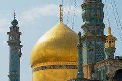 Vista a los alminares de Fatima Masumeh Shrine en Qom, Irán foto de archivo