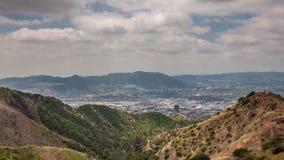 Vista a Los Angeles céntrico y San Fernando Valley de las montañas de Verdugo almacen de metraje de vídeo