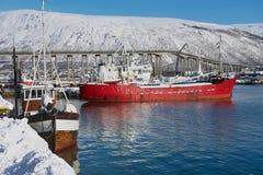 Vista a los barcos atados en el puerto de Tromso, Noruega Fotografía de archivo