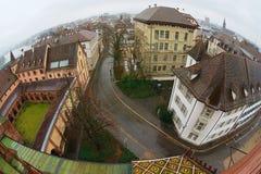 Vista a los edificios históricos de la torre de Munster en un día lluvioso en Basilea, Suiza Imagen de archivo libre de regalías
