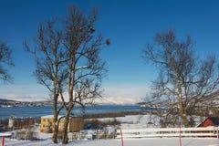 Vista a los edificios históricos en la orilla del recto en Tromso, Noruega Foto de archivo libre de regalías