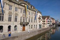 Vista a los edificios históricos en Zurich, Suiza Imagen de archivo