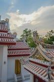 Vista a los tejados en Wat Bowonniwet Vihara, Bangkok Imagen de archivo libre de regalías