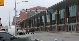 Vista Lucas Oil Stadium nel fondo a Indianapolis 4K stock footage