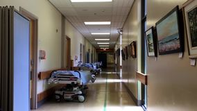 Vista luminosa del corridoio dell'ospedale stock footage