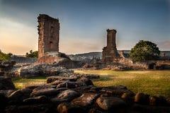 Vista lunatica ed artistica incredibile delle rovine del castello di Penrith al tramonto in Cumbria, Inghilterra fotografia stock libera da diritti