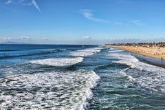 Vista lunga dell'oceano e della spiaggia Immagine Stock