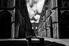 Vista lunga di esposizione della S antica Galgano Abbey Tuscany, Italia, fotografia stock libera da diritti