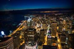 Vista lunga di notte di esposizione dall'osservatorio di vista del cielo sopra Seattle immagine stock