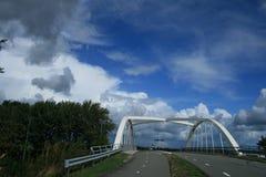 Vista lunga di piccolo ponte bianco immagini stock libere da diritti
