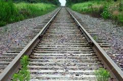 Vista lungo i binari ferroviari abbandonati Fotografia Stock