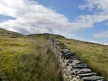 Vista lungo la parete fino all'più alta cresta Fotografia Stock