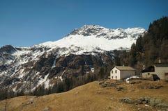Vista lungo la strada dalla Svizzera a Tirano dai expres di Bernina Immagine Stock