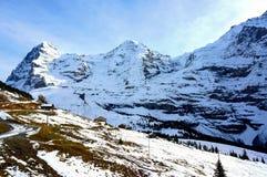 Vista lungo la strada salire Jungfrau di punta delle alpi svizzere Fotografia Stock