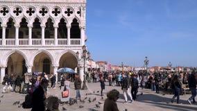 Vista a lungomare di Schiavoni di degli di Riva con i turisti stock footage