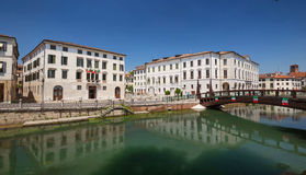 Vista lungomare/di Treviso del canale bianco storico del fiume e di architettura immagini stock libere da diritti