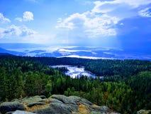 Vista mágica da água e das montanhas imagem de stock