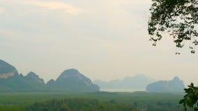 Vista mística de las montañas en la neblina de la niebla almacen de metraje de vídeo