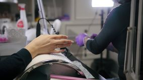 Vista macra de clavos de pulido - la hembra consigue la manicura profesional en tienda de belleza almacen de video