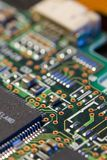 Vista macra de la placa de circuito del ordenador fotografía de archivo