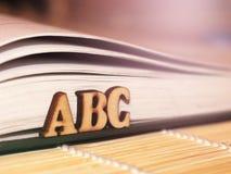 Vista macra de las paginaciones del libro Letras de madera de ABC Imagenes de archivo