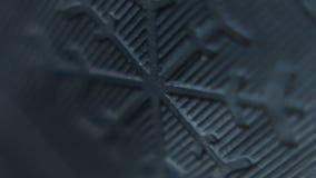 Vista macra de una muestra del copo de nieve del neumático del invierno metrajes