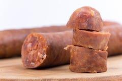 Vista macro da salsicha caseiro no branco fotografia de stock royalty free