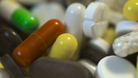 Vista macro em uma pilha das drogas e dos comprimidos vídeos de arquivo