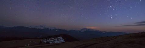 Vista maestosa del cielo scuro stellato fantastico sopra la carpa magnifica fotografia stock