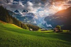 Vista maestosa del villaggio alpino Alpi svizzere di posizione, Lauterbrun Fotografie Stock