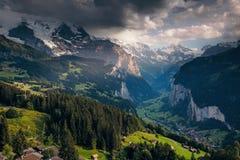 Vista maestosa del villaggio alpino Alpi svizzere di posizione, Lauterbrun Immagini Stock Libere da Diritti