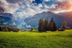 Vista maestosa del villaggio alpino Alpi svizzere di posizione, Lauterbrun Fotografia Stock