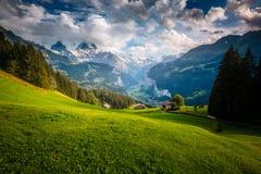 Vista maestosa del villaggio alpino Alpi svizzere di posizione, Lauterbrun Immagini Stock
