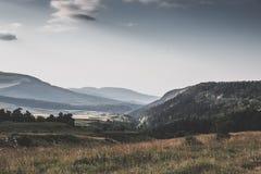 Vista maestosa della valle della montagna Scena drammatica e pittoresca di mattina Retro stile d'annata di colore Fotografia Stock Libera da Diritti