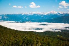 Vista maestosa delle montagne di Triglav nelle nuvole in Slovenia Immagine Stock