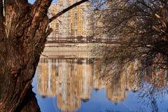 Vista magica all'ovest di Krasnodar dal fiume di Kuban nell'inverno, durante le ore dorate attraverso i rami di vecchio enorme immagini stock libere da diritti