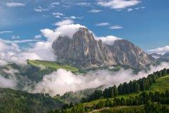 Vista magnífica del macizo de Sassolungo y del valle de Gardena cubiertos por las nubes blancas, dolomías, Italia fotografía de archivo libre de regalías