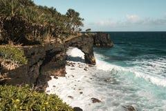 Vista magnífica del mar azul con las montañas rocosas Fotografía de archivo