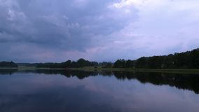 Vista magnífica del paisaje de la naturaleza en la tarde tranquila del verano metrajes
