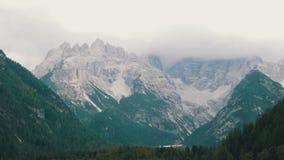 Vista magnífica dos cumes italianos e do lago limpo da montanha Panorama da natureza da montanha Lago mountain em Italy video estoque