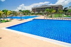 Vista magnífica de invitación que sorprende de la piscina, del agua azul de la turquesa tranquila y del jardín tropical Imágenes de archivo libres de regalías