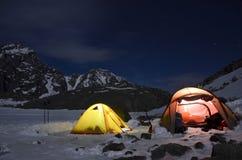 Vista magnifica delle montagne innevate in una notte illuminata dalla luna fotografia stock libera da diritti