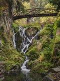 Vista majestosa da cascata no parque bonito czech europa Cena incomum dramática Mundo bonito Colorfull Foto de Stock