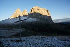 Vista maravilhosa ao grupo da montanha do sassolungo do distinctiv nas dolomites após a queda de neve Imagem de Stock Royalty Free