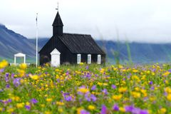 Vista maravilhosa da igreja de madeira preta fotos de stock