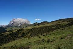 Vista maravilhosa das montanhas nas dolomites e em um céu azul/em um piatto/plattkofel claros do sasso Imagem de Stock
