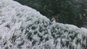 Vista maravilhosa em ondas brancas fascinantes grandes de vinda da superfície do verde do oceano vídeos de arquivo
