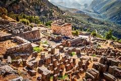 Vista maravilhosa em ruínas de Delphi e em herança da civilização, Grécia Fotos de Stock Royalty Free